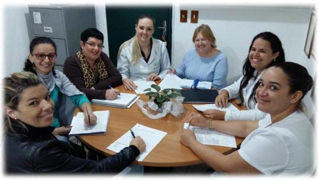 Reunião de semanal de equipe técnica para discussão das situações apresentadas pelos idosos e tomada coletiva  de decisão
