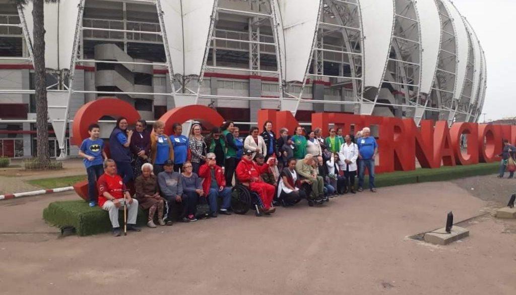 Idosos passeando no Estádio Beira Rio